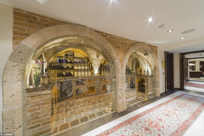 Nhung biet thu nghi duong danh cho gioi sieu giau hinh anh 5 Khu biệt thự có một hầm rượu lớn, với tường kính và nhiều loại rượu quý, đủ để làm thỏa mãn những người khó tính nhất.