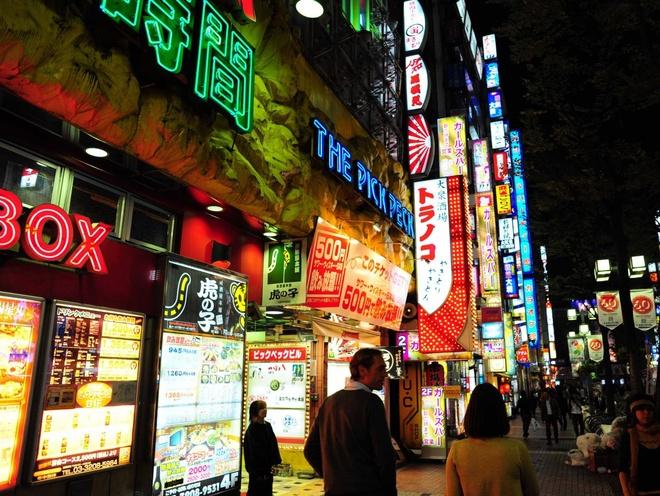 Bi kip kham pha thu do Nhat Ban hinh anh 5 Thông tin ở khắp nơi: Sẽ có những nơi biển báo toàn bằng tiếng Nhật, nhưng các thông tin bằng tiếng Anh có ở khắp nơi, miễn là bạn biết chỗ tìm. Khắp thành phố đều có các quầy thông tin dành cho du khách với các nhân viên biết tiếng Anh.