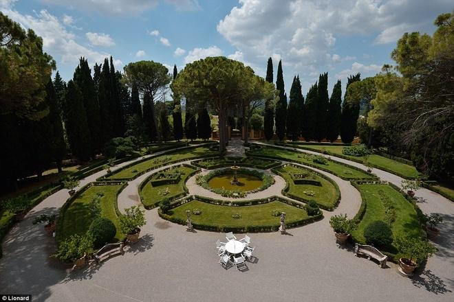 Nhung biet thu nghi duong danh cho gioi sieu giau hinh anh 7 Khu vườn rộng 110.000 m2 với đài phun nước, hồ nhỏ, đài vòng và một vọng lâu.