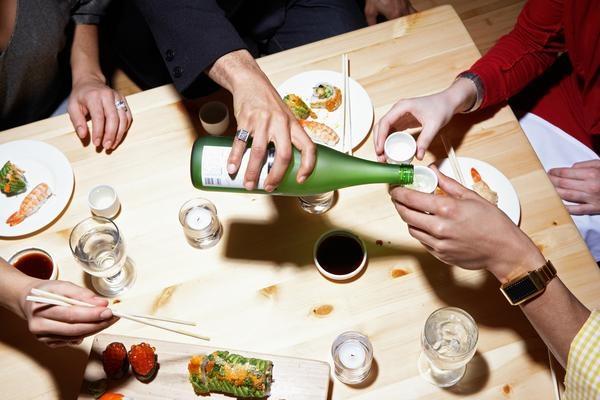 Nhớ chú ý rót rượu cho những người xung quanh. Ảnh: Nutritionworks-online.com.