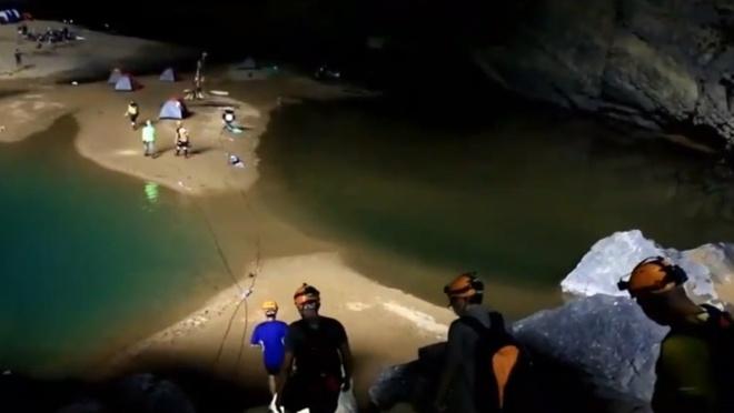 'Toi nhu buoc chan vao the gioi khac o Son Doong' hinh anh 2 Đội làm phim cắm trại trong hang và chuẩn bị cho chương trình.