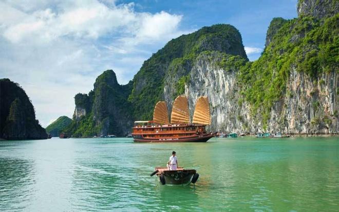 Nhung dia danh Viet duoc nuoc ngoai vinh danh hinh anh 9 Vịnh Hạ Long: Được bình chọn là một trong những kỳ quan thiên nhiên thế giới mới, vịnh Hạ Long được truyền thông và báo chí quốc tế đánh giá cao nhờ cảnh sắc độc nhất vô nhị.