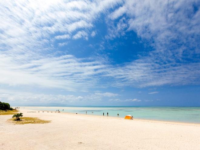 Bãi biển Kondoi, đảo Taketomi: Hòn đảo Taketomi nổi tiếng với kiến trúc Ryukyu, thẩm mĩ và phong cách sống được gìn giữ từ xa xưa. Trước khi thả mình xuống làn nước xanh biếc của bãi biển Kondoi, bạn nên thuê một chiếc xe bò để đi quanh làng với giá <abbr class=