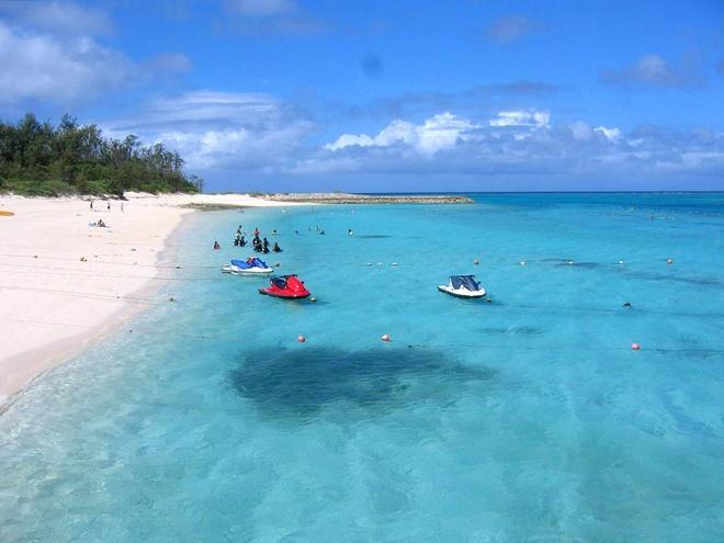Bãi biển Minna,đảo Minna-jima: Nằm trên hòn đảo có hình trăng khuyết, bãi biểnMina là địa điểm yêu thích của những người thích bơi lặn. Với nhà vệ sinh, vòi sen công cộng, các quầy đồ ăn, dịch vụ cho thuê môtô nước và các khu nhảy dây thừng khiến Minna được nhiều gia đình lựa chọn.