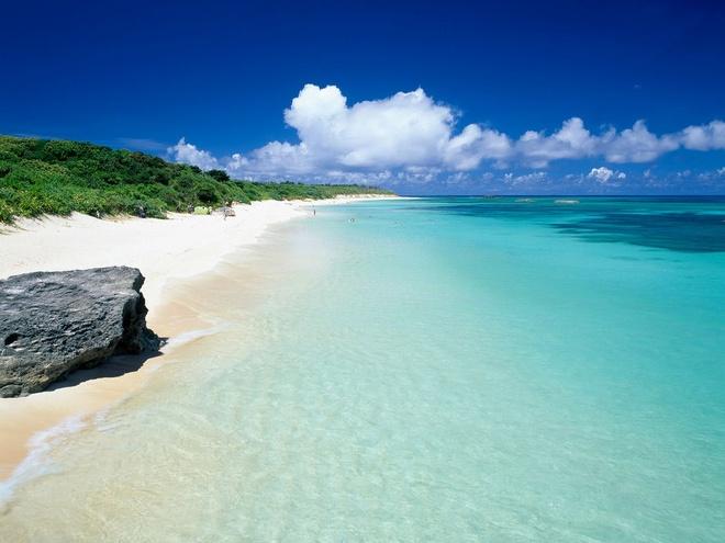 Bãi biển Nishihama, đảo Hateruma: Đảo Hateruma có một tượng đài bằng đá xác nhận điểm cực Nam của Nhật - địa điểm chụp ảnh yêu thích của các du khách. Ngoài ra, hòn đảo còn có bãi biển Nishihama với bờ cát dài trắng muốt với làn nước trong vắt thích hợp cho lặn biển. Do trên đảo có rất ít đèn giao thông và đèn đường, nơi đây là một trong số ít những địa điểm ở Nhật mà bạn có thể nhìn thấy chòm Thập Tự Phương Nam.