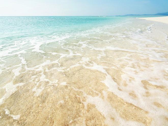 Bãi biển Hatenohama, đảo Kume: Du khách có thể tới dải cát dài hơn 6 km nằm ở phía đông thị trấn Kume này bằng thuyền từ cảng Tomari Fisherina. Bao quanh bởi một vòng san hô và các tảng đá, Hatenohama nằm giữa một vùng nước nông và hình thành sau hàng nghìn năm nhờ hoạt động của thủy triều. Tuy trên đảo không có cây cối nhưng bạn sẽ dễ dàng tìm được một chỗ nằm tắm nắng.