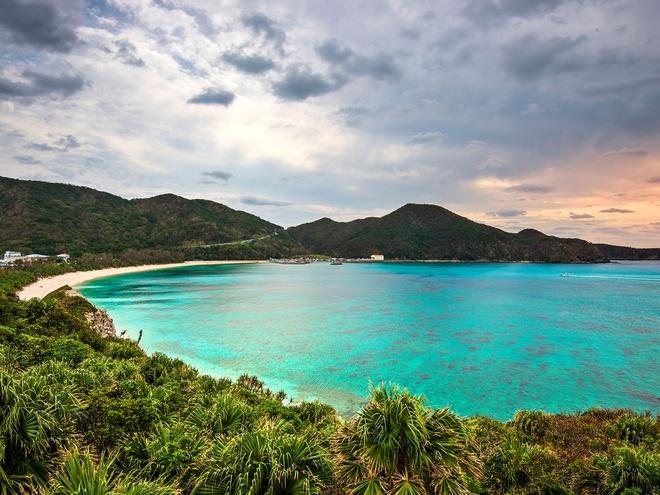 Bãi biển Aharen, đảo Tokashiki: Đảo Tokashiki có khí hậu tuyệt vời không khác gì Bahamas. Nằm giữa vùng biển trù phú, Tokashiki cũng là nơi du khách có cơ hội được quan sát rùa biển hay cá voi lưng gù di cư tới đây vào mùa đông. Bãi biển Aharen là nơi lý tưởng để bơi lội và lặn biển. Hãy thả mình vào làn nước trong xanh và ngắm nhìn những chú cá rực rỡ sắc màu.
