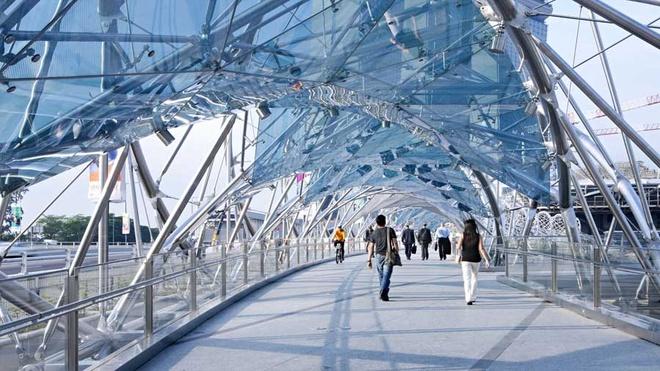Nhung cong trinh nhin la nhan ra Singapore hinh anh 11 Cầu Helix: Cây cầu đi bộ dài 280 m được làm từ thép không gỉ này nối trung tâm Marina với khu vực Nam Marina.