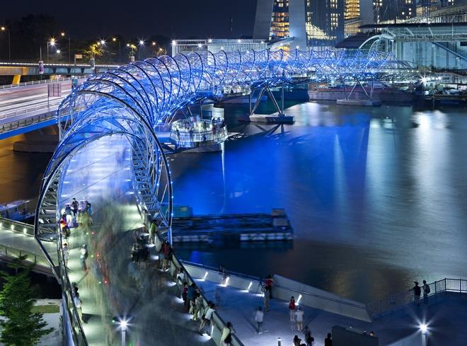 Nhung cong trinh nhin la nhan ra Singapore hinh anh 12 Ban đêm, cây cầu được thắp sáng soi bóng xuống mặt nướcc thu hút nhiều du khách tới tham quan. Ảnh: Mwalidain.blogspot.