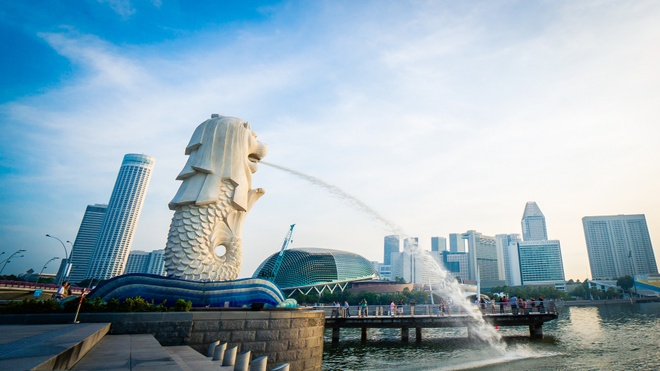 Nhung cong trinh nhin la nhan ra Singapore hinh anh 1 Công viên Merlion: Bức tượng Merlion nằm trong công viên rộng 2.500 m2 này có chiều cao 8,6 m và nặng 70 tấn. Bức tượng có đầu sư tử và mình các này là biểu tượng của Singapore.