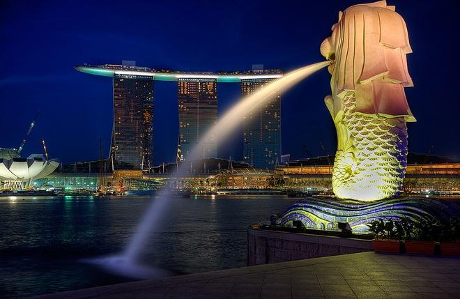 Nhung cong trinh nhin la nhan ra Singapore hinh anh 2 Bức tượng này là địa điểm chụp ảnh yêu thích của các du khách và là minh chứng rõ ràng nhất cho thấy bạn đã tới Singapore.