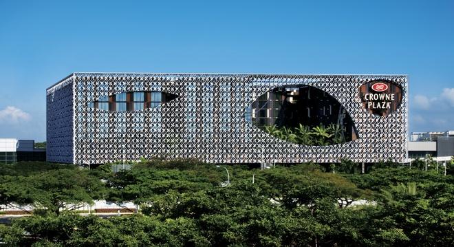 Nhung cong trinh nhin la nhan ra Singapore hinh anh 3 Khách sạn Crowne Plaza: Được bầu chọn là một trong những khách sạn sân bay tuyệt vời nhất thế giới, Crowne Plaze được nối với nhà ga số 3 của sân bay Changi qua một cây cầu và có Skytrain tới nhà ga số 1, số 2. Ảnh: Wikipedia.