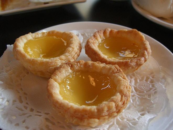 20 mon an nhin la them o Hong Kong hinh anh 19 Egg Tart (Bánh trứng): Phần nhân ngọt ngào, béo ngậy làm từ trứng và sữa khiến món bánh này được nhiều người yêu thích.