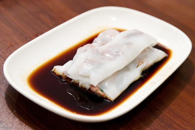 20 mon an nhin la them o Hong Kong hinh anh 4 Cheong Fun (Bánh cuốn nhân): Khá giống bánh cuốn của người Việt Nam, Cheaong Fun có lớp vỏ mềm và nhân làm từ thịt bò hoặc tôm, chấm với nước tương.