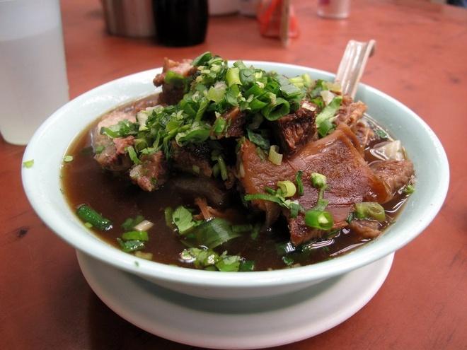 20 mon an nhin la them o Hong Kong hinh anh 8 Ngau Lam Tong (Bò hầm): Ức bò được ướp gia vị và ninh đến khi có thể tan ngay khi cho vào miệng. Vị ngọt mềm của thịt bò kết hợp với nước dùng đậm đà và mùi thơm của hành tươi thật hấp dẫn.