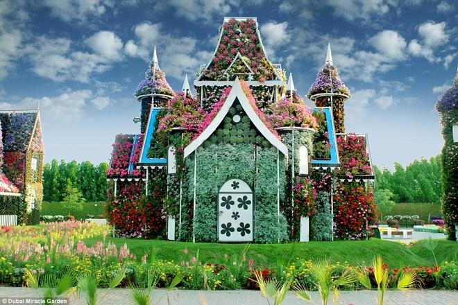 Một ngôi nhà ở vườn Miracle, với những bông hoa mọc đầy cửa, tường và mái nhà.