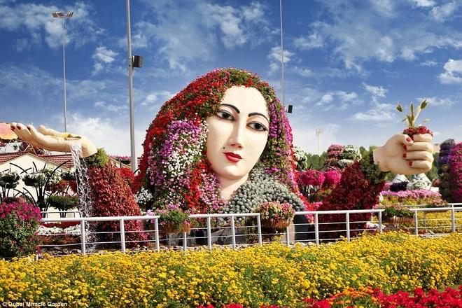 Những thiết kế của vườn Miracle rất độc đáo, trong đó có dải hoa như tóc của một người khổng lồ.