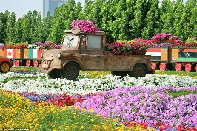Có cả các nhân vật hoạt hình như Mater từ phim Cars.