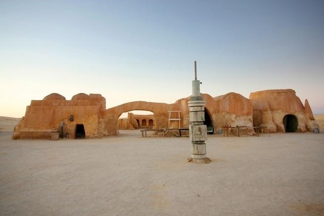 Nhung diem den noi nhu con nho phim vien tuong hinh anh 2 Tozeur, Tunisia: Với khung cảnh sa mạc và các công trình có kiểu dáng độc đáo khiến vùng đất này được chọn là nơi quay hai bộ phim kinh điển Raiders of the Lost Ark (Chiếc rương thánh tích) và Star War IV: A New Hope (Chiến tranh giữa các vì sao IV: Niềm hi vọng mới). Du khách có thể khám phá sa mạc Sahara trên lưng lạc đà, thưởng thức bánh mì kebad thịt cừu và ghi lại hình ảnh ấn tượng của vùng đất này.