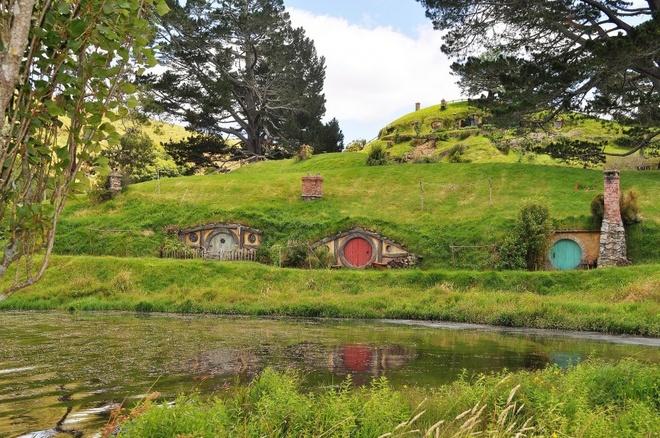 Nhung diem den noi nhu con nho phim vien tuong hinh anh 3 Matamata, New Zealand:  Những ngôi nhà ẩn mình trong đồi cỏ xanh được đạo diễn Peter Jackson chọn làm ngôi làng của những người Hobbiy. Địa điểm tham quan nổi tiếng này nằm cách Ackland 2 tiếng đi xe.