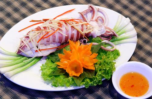 Thưởng thức hải sản: Hạ Long nổi tiếng với nhiều loại hải sản hấp dẫn. Bạn sẽ được thưởng thức những món được đầu bếp trên thuyền chế biến như mực hấp, cá om xì dầu, tôm hấp, hàu nướng... tất cả đều rất tươi ngon.
