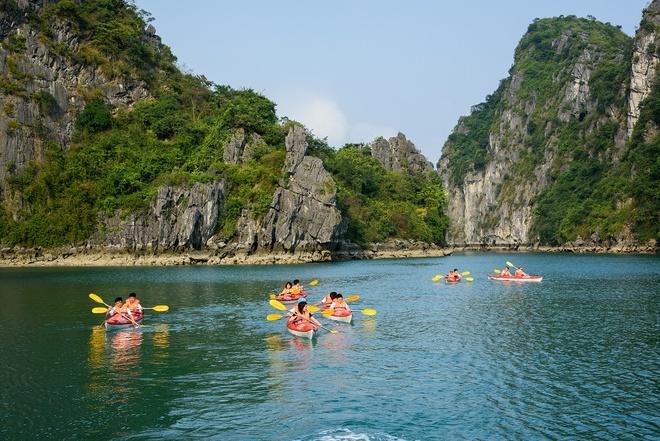 Chèo thuyền kayak: Với những người thích vận động, chèo thuyền kayak là trò chơi không thể bỏ qua khi tới Hạ Long. Lướt đi trên con thuyền nhỏ giữa khung cảnh bao la, hùng vĩ, tận hưởng cảm giác tự do, khoáng đạt là một trải nghiệm khó quên với các du khách.