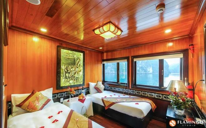 Ngủ đêm trên du thuyền: Sau khi thưởng thức bữa tối trong ánh nhạc du dương, du khách có thể tham gia nhiều hoạt động sôi nổi như hát karaoke, câu mực, ngắm trăng... Các phòng ngủ trên thuyền được ốp gỗ sang trọng, với cửa sổ được thiết kế để du khách có thể ngắm nhìn khung cảnh vịnh Hạ Long.