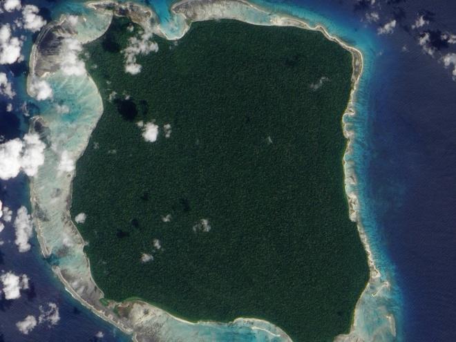 Đảo Bắc Sentinel, Quần đảo Andaman, Ấn Độ: Nằm ở vịnh Bengal, hòn đảo tuyệt đẹp này có rừng xanh, bãi cát trắng và nước trong, một điểm du lịch lý tưởng. Nhưng chuyện đến hòn đảo này là không thể, vì bộ tộc sống trên đảo tấn công những người lạ, một số trường hợp đã tử vong. Chính phủ Ấn Độ đã từ bỏ nỗ lực liên hệ với bộ lạc này và thiết lập một vùng cấm quanh đảo.