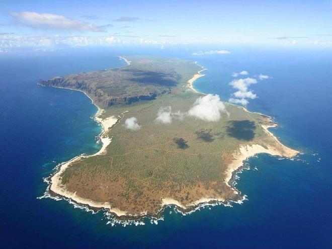 Niihau, Hawaii, Mỹ: Hòn đảo này đem lại cơ hội để khám phá và trải nghiệm văn hóa của người Hawaii. Đây cũng là nơi sinh sống của nhiều loài trong sách đỏ như vịt Hawaii, chim sâm cầm Hawaii và hải cầu thầy tu Hawaii. Bạn chỉ có thể đến đây nếu là nhân viên chính phủ hay họ hàng của chủ nhân hòn đảo này - gia đình Robinson.