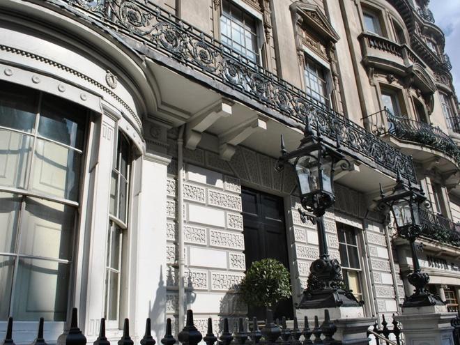 Câu lạc bộ của các quý ông White's, London, Anh: Đây được cho là câu lạc bộ sang trọng và đắt tiền, với các thành viên nổi tiếng như Hoàng tử William, Thái tử Charles... Chỉ có hoàng gia và những người giữ vị trí cao mới có thể là thành viên của câu lạc bộ này.