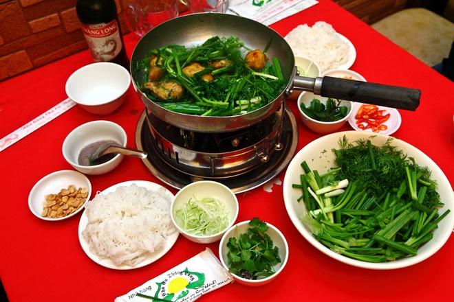 Nhung mon ngon Ha Noi lam say long khach Tay hinh anh 4 Chả cá: Thịt cá lăng hoặc cá lóc được lọc xương, thái mỏng, ướp gia vị đem nướng. Khi ăn, chả cá được thả vào chảo mỡ, cho thêm thì là và hành tươi, chấm mắm tôm ăn kèm bánh đa hoặc bún rối và rau thơm. Vị bùi ngậy của thịt cá hòa quyện với vị mặn cay của mắm tôm và hương thơm của các loại rau ăn kèm khiến người ăn không thể nào dừng đũa.  Ảnh: Vkeong.