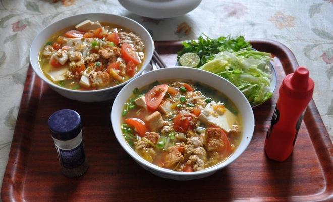 Nhung mon ngon Ha Noi lam say long khach Tay hinh anh 6 Bún riêu: Vị ngọt của cua, vị chua thanh tao của mẻ, vị cay của sa tế... khiến bún riêu cua là món ăn được nhiều du khách quốc tế yêu thích. Bún thường được ăn kèm chả lá lốt và các loại rau sống. Ảnh: Virtualtourist.