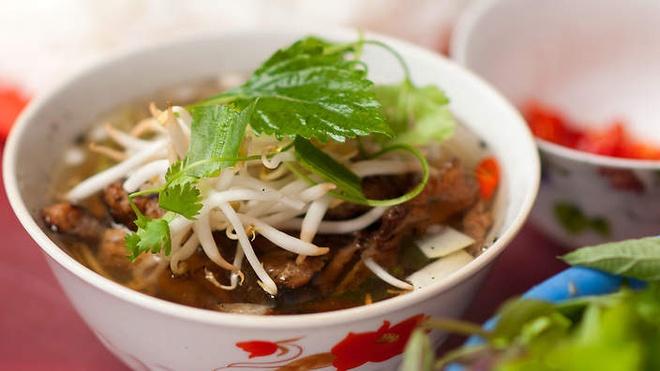 Nhung mon ngon Ha Noi lam say long khach Tay hinh anh 2 Bún chả: Mùi chả nướng thơm phức sẽ khiến bạn khó lòng từ chối. Thịt lợn được băm hoặc thái miếng, ướp xả và gia vị rồi đem nướng trên than hoa. Chả được ăn kèm bún, nước mắm và những loại rau thơm quen thuộc của người Việt. Món ăn này từng được độc giả của tạp chí National Geographic bầu chọn vào top 10 món ăn đường phố ngon nhất thế giới. Ảnh: Sbs.