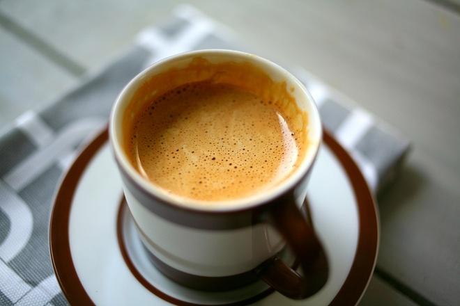 Nhung mon ngon Ha Noi lam say long khach Tay hinh anh 8 Cà phê trứng: Thưởng thức vị cà phê pha trộn với vị bùi của trứng và vị ngọt của sữa đặc là một trong những trải nghiệm hấp dẫn các du khách khi đến Hà Nội.  Ảnh: Sweetsbychan.