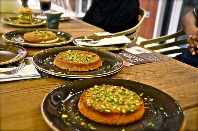 2. Mê mệt món Kunefe: Món tráng miệng này được làm từ bánh nướng giòn, cho thêm phô mai, si-rô đường, hạt hồ trăn và cánh hoa hồng. Kunefe là sự kết hợp hoàn hảo giữa vị ngọt và ngậy. Đây là món ăn rất phổ biến ở Dubai. Ảnh: Dubaicravings.