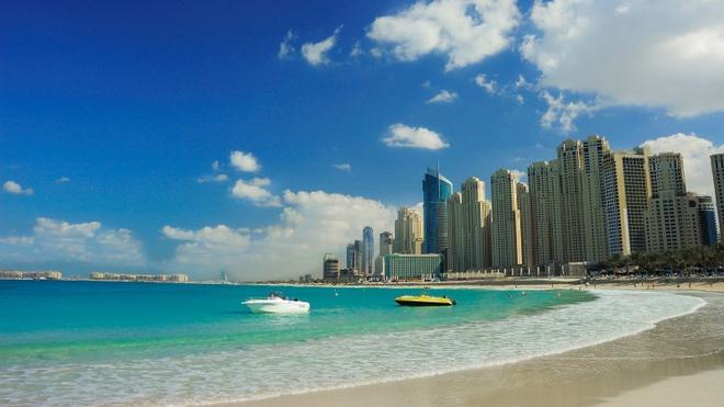 """3. Bàn luận nhiệt độ cao nhất mùa hè như nói về một cuộc thi: Mỗi mùa hè, người Dubai lại bình phẩm về nhiệt độ cao nhất với bạn bè, đồng nghiệp như thể về một cuộc thi với nội dung """"Trời có thể nóng tới mức nào?"""". Họ sẽ đăng ảnh chụp màn hình hiện 48 độ C khi đủ can đảm bước ra ngoài trời vào buổi chiều. Ảnh: Platinumliving."""