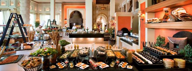 7. Cuối tuần xoay quanh bữa sáng muộn, bãi biển và Barasti: Sau cơn say vào thứ năm, sáng thứ sáu và thứ 7 ở Dubai là dành cho việc ngủ bù, ăn sáng muộn và uống cà phê ở quán Barasti nổi tiếng. Ảnh: Dubaidays.