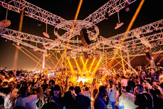6. Thứ năm là ngày vui chơi, tiệc tùng:  Đó là ngày những chàng trai, cô gái khoác lên mình trang phục lộng lẫy nhất và tới các hộp đêm nổi tiếng ở Dubai. Ảnh: 3indubai.