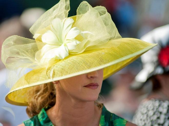 Nhung trai nghiem khong the bo qua o My hinh anh 17 Mua mũ đẹp trước giải Derby ở Kentucky: Giải đua ngựa Kentucky Derby còn là một cơ hội trình diễn thời trang có một không hai. Hãy chọn cho mình một chiếc mũ lộng lẫy và một bộ đồ thích hợp cho sự kiện này.
