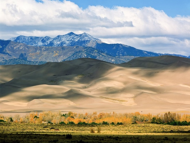 Nhung trai nghiem khong the bo qua o My hinh anh 6 Trèo lên đỉnh cồn cát lớn ở Colorado: Với khung cảnh như trong một bộ phim khoa học viễn tưởng, những cồn cát có chiều cao lên tới 230 m tại đây là điểm đến được nhiều du khách lựa chọn để thử thách bản thân.