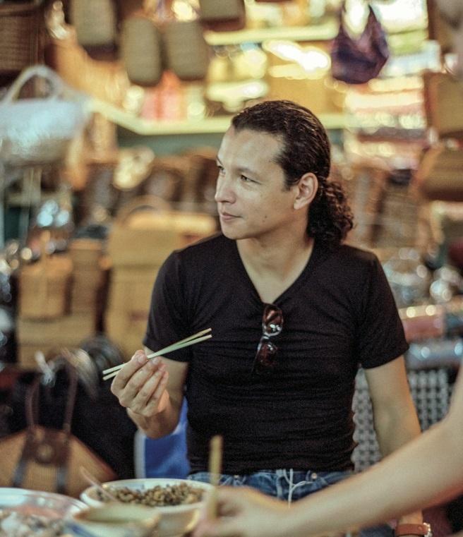 Dau bep tru danh khuyen du khach chon quan via he o Viet Nam hinh anh 3 Bobby Chinn thưởng thức món ăn đường phố của Hà Nội.