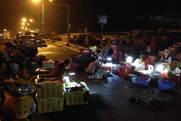 Cho dem Long Bien hop hon khach Tay hinh anh 2 Chợ chỉ họp về đêm, mỗi người bán hàng một chiếc bóng đèn.