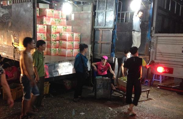 Cho dem Long Bien hop hon khach Tay hinh anh 3 Thay vì bán theo cân thì ở đây bán theo thùng, mỗi thùng chỉ 17 kg.