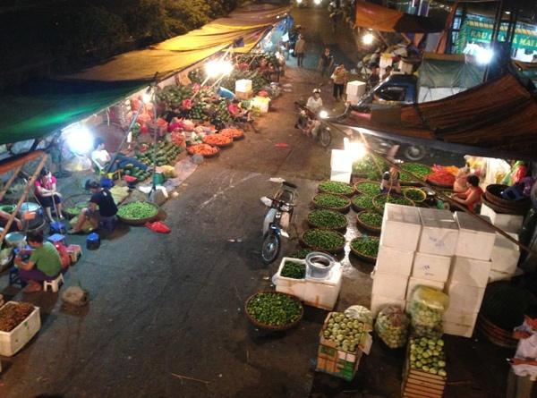 Cho dem Long Bien hop hon khach Tay hinh anh 1 Khách Tây thích thú khi mua bán tại chợ Long Biên