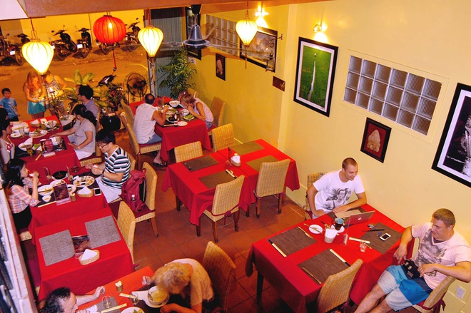 """Nhung nha hang khach Tay dong hon khach Viet o Nha Trang hinh anh 3 Nhà hàng Yến (đường Trần Quang Khải): Với các món ăn Việt Nam phong phú, giá cả phải chăng,  nhà hàng này nhận được nhiều lời khen từ các du khách quốc tế. Tài khoản Pololefou nhận xét: """"Đồ ăn ở đây rất ngon, nhân viên thân thiện, nhà hàng nằm ở con phố yên tĩnh. Giá cả không quá cao và đồ tráng miệng kiểu châu Âu khá ngon. Bạn nên tới đây nếu muốn có một bữa tối lãng mạn""""."""