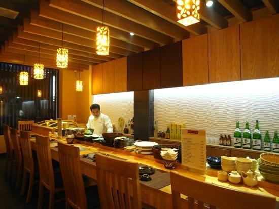"""Nhung nha hang khach Tay dong hon khach Viet o Nha Trang hinh anh 8 Nhà hàng Kiwami (đường Bạch Đằng): Đây là một lựa chọn thú vị khi tới Nha Trang. Các đầu bếp người Nhật đã đem lại cho du khách những món ăn tuyệt hảo. Tài khoản Steve B nhận xét: """"Đồ ăn chuẩn Nhật. Bạn có thể xem các đầu bếp làm từng món ăn. Giá cả không rẻ nhưng xứng đáng với chất lượng""""."""
