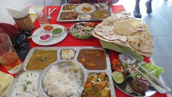 """Nhung nha hang khach Tay dong hon khach Viet o Nha Trang hinh anh 10 Nhà hàng Ganesh (Nguyễn Thiện Thuật): Nhà hàng chay Ấn Độ này nhận nhiều lời khen ngợi về chất lượng đồ ăn. Tài khoản TravelWithKatie nhận xét: """"Đồ ăn chính gốc Ấn Độ ở Việt Nam, với nhiều món đặc trưng của cả miền Nam và miền Bắc. Những món chúng tôi đã gọi rất ngon. Giá hơi cao so với mặt bằng chung ở Nha Trang, nhưng cũng đáng""""."""