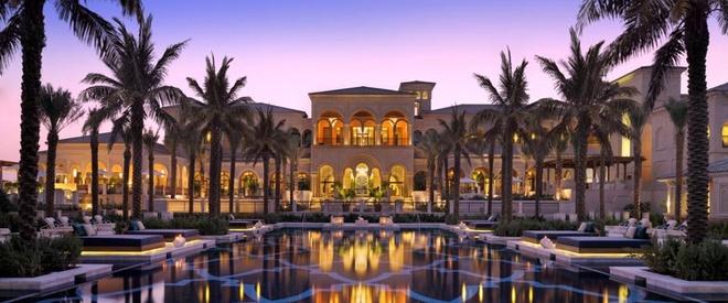 Nhung resort sang trong bac nhat Dubai hinh anh 16 One & Only: Nằm trên đảo Palm nhân tạo, khu nghỉ dưỡng One & Only có kiến trúc kết hợp giữa phong cách của người Moor và phong cách Andalusia, với nội thất lịch lãm, sang trọng, nhìn ra biển và đường chân trời đầy ấn tượng của Dubai.  Ảnh: Oneandonlyresorts.