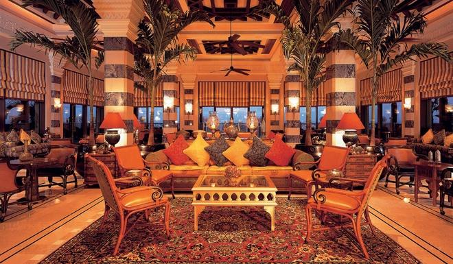 Nhung resort sang trong bac nhat Dubai hinh anh 10 292 phòng nghỉ được trang trí theo kiểu Ả Rập cổ với hiên riêng, nhiều phòng nhìn ra biển. Du khách có thể sử dụng các dịch vụ của khu nghỉ dưỡng như hồ bơi, các môn thể thao dưới nước, spa, hộp đêm và công viên nước.