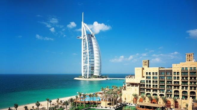 Nhung resort sang trong bac nhat Dubai hinh anh 1 Burj Al Arab: Khu nghỉ dưỡng và khách sạn Burj Al Arab được coi là một trong những biểu tượng của Dubai với thiết kế đặc biệt có dạng như cánh buồm và chiều cao lên tới hơn 300 m. Trong ánh hoàng hôn, khách sạn này như bừng sáng. Nội thất bên trong xa hoa, lộng lẫy, với những khu phòng 2 tầng được trang bị đầy đủ tiện nghi. Ảnh: Traveltats.